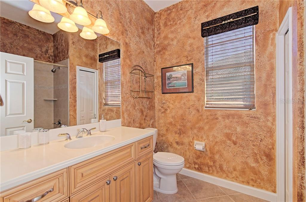 Guest bathroom with shower & tub - Single Family Home for sale at 409 Montelluna Drive, North Venice, FL 34275 - MLS Number is D5923522