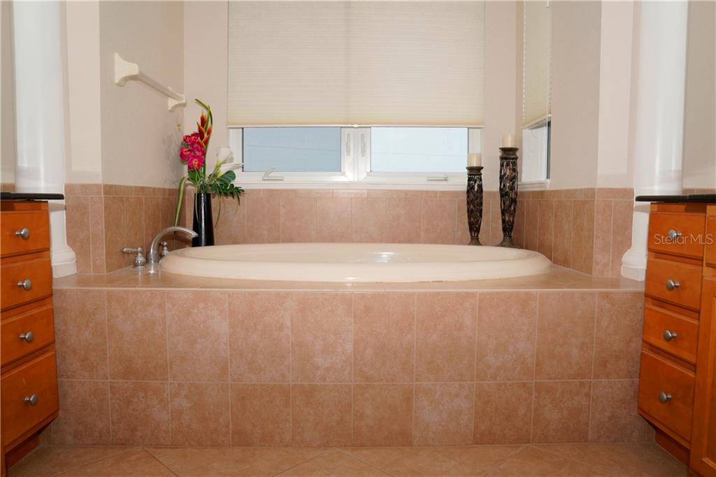 Soaker tub in master bathroom - Condo for sale at 2245 N Beach Rd #304, Englewood, FL 34223 - MLS Number is D6112346