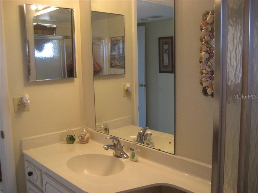 Second full bath offers a tub for those sometimes needed bubble baths - Condo for sale at 3820 Ironwood Ln #606i, Bradenton, FL 34209 - MLS Number is A4187664