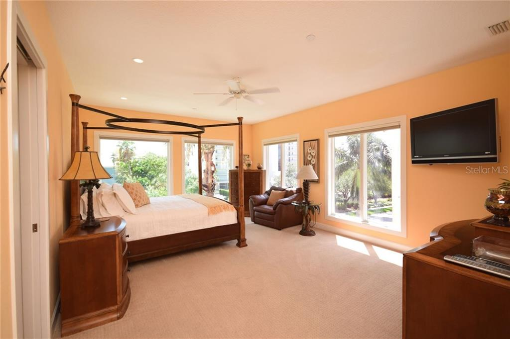Master bedroom - Condo for sale at 439 Beach Rd #e, Sarasota, FL 34242 - MLS Number is A4192797