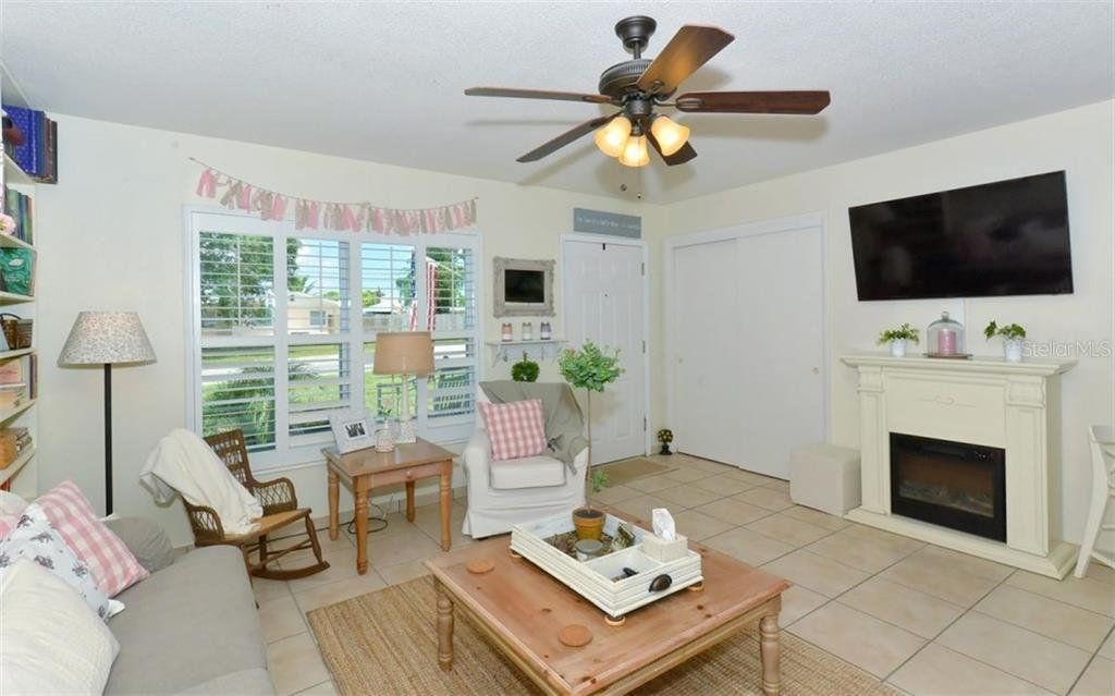 Single Family Home for sale at 2705 Oxford Dr W, Bradenton, FL 34205 - MLS Number is A4193609