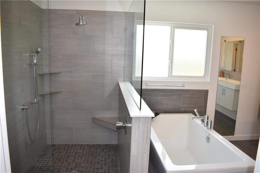 Master bath shower and soaker tub. - Single Family Home for sale at 1133 Riviera St, Venice, FL 34285 - MLS Number is A4197682