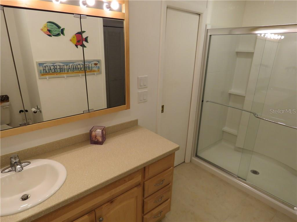 Second ensuite master bath with large walk-in shower. - Single Family Home for sale at 829 Harbor Dr S, Venice, FL 34285 - MLS Number is A4198898