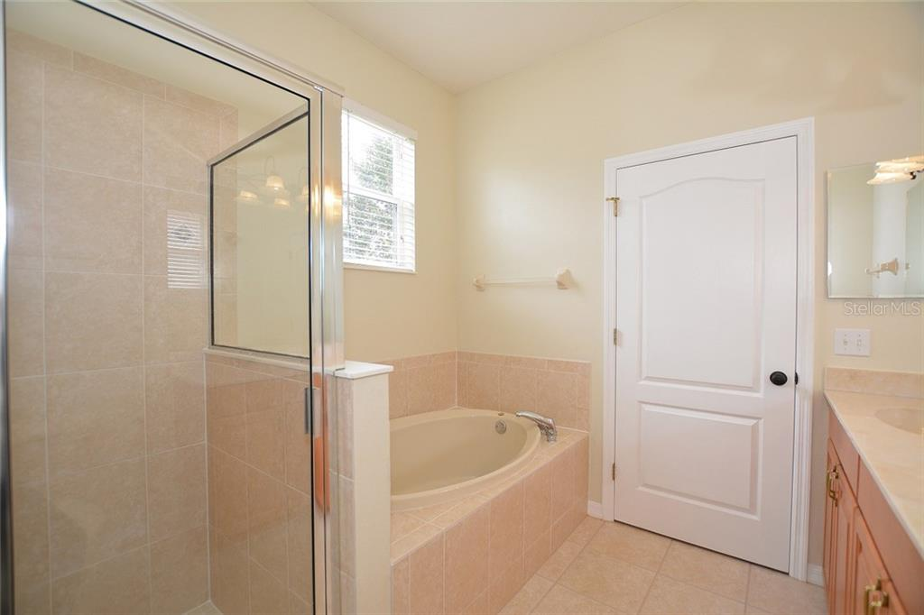 Master Ensuite - Single Family Home for sale at 6320 Robin Cv, Lakewood Ranch, FL 34202 - MLS Number is A4205857