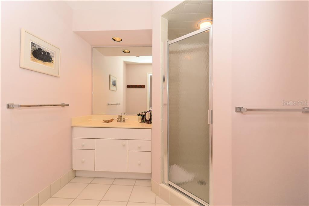 Guest bedroom bathroom - Townhouse for sale at 6843 Gulf Of Mexico Dr, Longboat Key, FL 34228 - MLS Number is A4208726