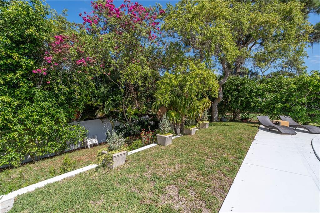 Single Family Home for sale at 1906 Hillsdale Pl, Sarasota, FL 34231 - MLS Number is A4403669
