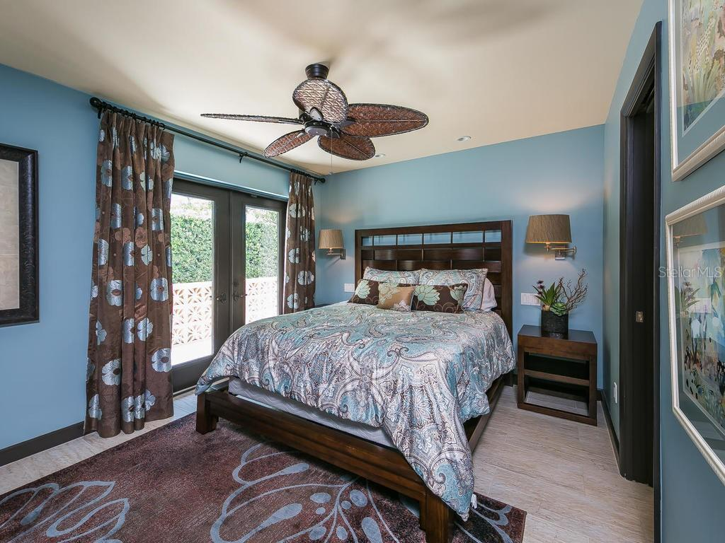 Guest Bedroom en suite. - Single Family Home for sale at 301 Bayview Pkwy, Nokomis, FL 34275 - MLS Number is A4405265