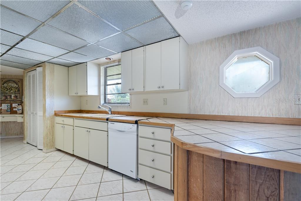Large family kitchen, tile counters - Single Family Home for sale at 6661 Gulf Of Mexico Dr, Longboat Key, FL 34228 - MLS Number is A4410988