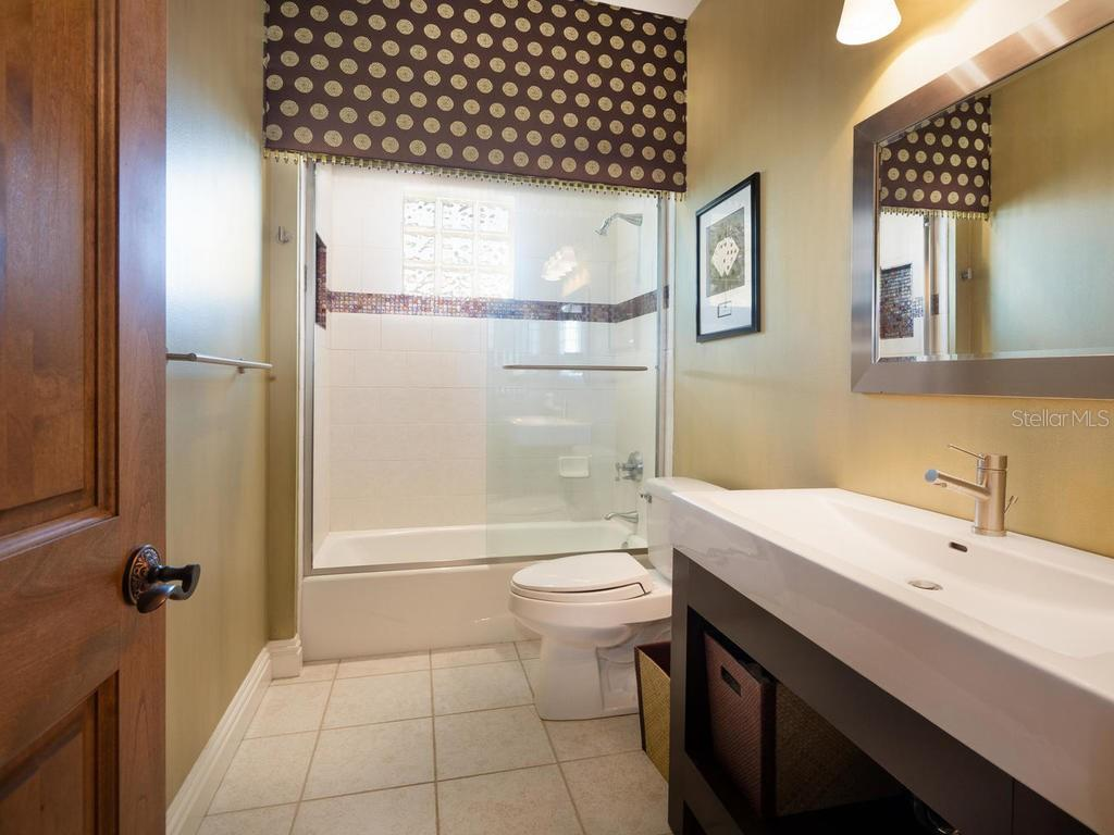 Upstairs guest bathroom - Single Family Home for sale at 158 Puesta Del Sol, Osprey, FL 34229 - MLS Number is A4439362