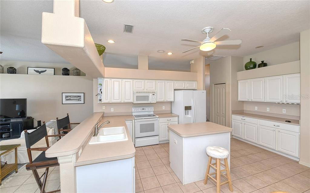 Butlers pantry, lots of storage - Villa for sale at 4605 Samoset Dr, Sarasota, FL 34241 - MLS Number is A4463082