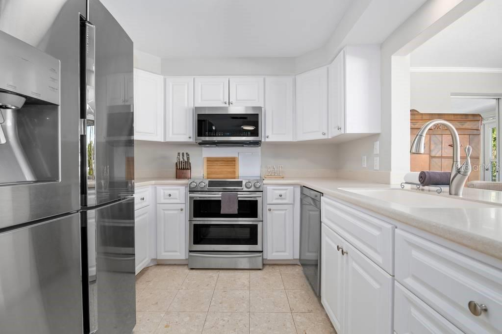 Kitchen with new appliances - Single Family Home for sale at 512 68th St, Holmes Beach, FL 34217 - MLS Number is A4484565