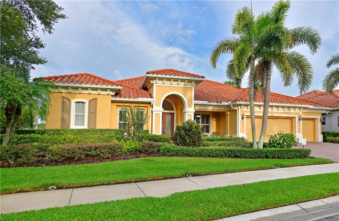 Single Family Home for sale at 1019 Rainbow Ct, Bradenton, FL 34212 - MLS Number is A4485694