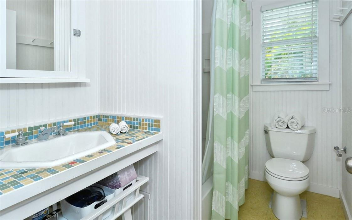 Guest house: Bathroom. - Single Family Home for sale at 542 Ohio Pl, Sarasota, FL 34236 - MLS Number is A4488498