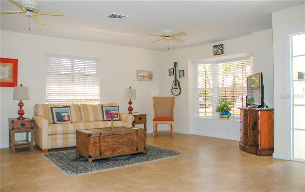 Living room - Single Family Home for sale at 920 Inlet Cir, Venice, FL 34285 - MLS Number is N6100937