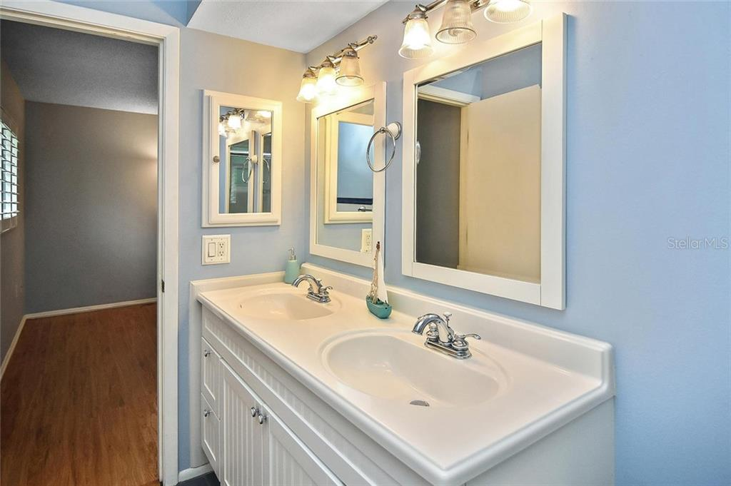 Master bathroom - Single Family Home for sale at 1139 Ketch Ln, Venice, FL 34285 - MLS Number is N6105656