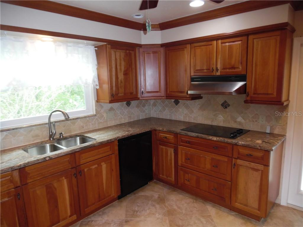 kitchen, window over the sink, cooktop range, dishwasher - Single Family Home for sale at 625 Gardenia Dr, Venice, FL 34285 - MLS Number is N6107979