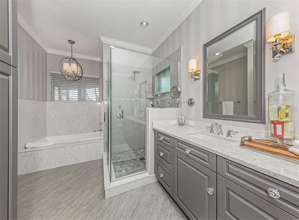 Stunning Masterbath with garden tub and roman shower - Single Family Home for sale at 727 Eagle Point Dr, Venice, FL 34285 - MLS Number is N6110087